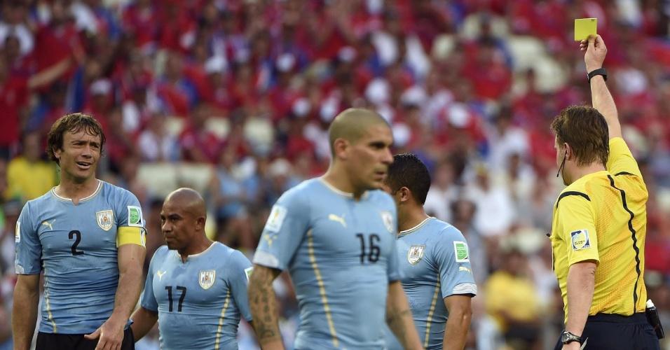 Lugano faz cara feia ao receber o cartão amarelo do árbitro Felix Brych contra a Costa Rica