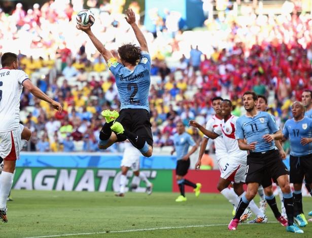 Lugano pula e toca a mão na bola na partida entre Uruguai e Costa Rica, no Castelão
