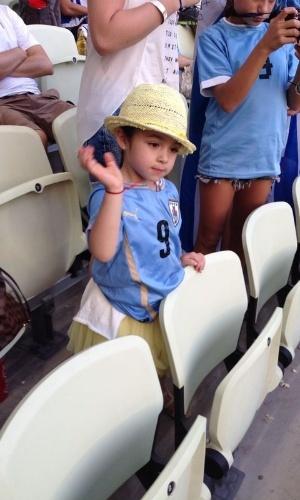 Luis Suarez começou no banco de reservas, mas sua filha de quatro anos, Delfina, foi ao Castelão prestigiar a seleção uruguaia