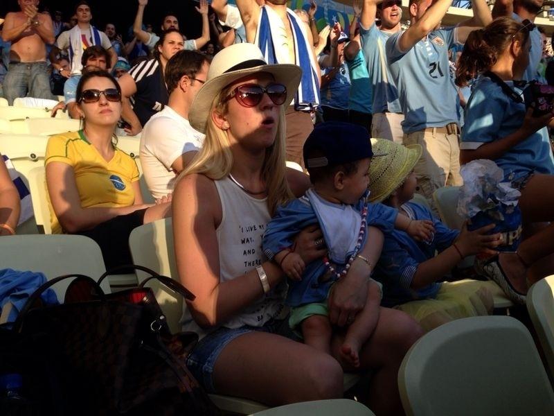 Luis Suarez começou no banco de reservas, mas sua mulher, Sofia, foi ao Castelão prestigiar a seleção uruguaia