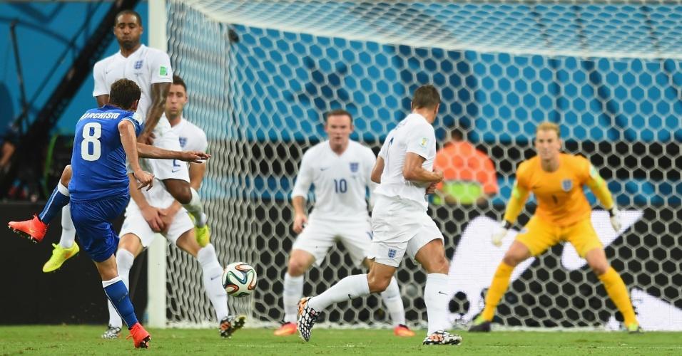 Marchisio encontra espaço na defesa inglesa, chuta de longe e marca o primeiro da Itália na Arena Amazônia