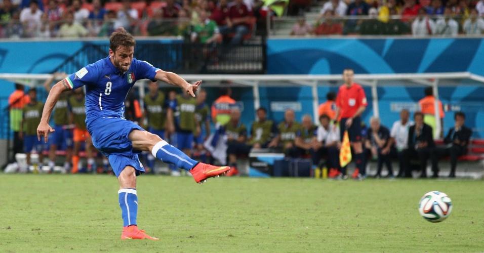 Marchisio recebe a bola, ajeita, finaliza de longe e abre o placar para a Itália contra a Inglaterra na Arena Amazônia