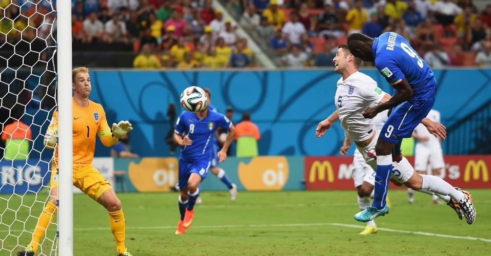 Mario Balotelli aproveita cruzamento, cabeceia firme e coloca a Itália novamente na frente da Inglaterra no placar