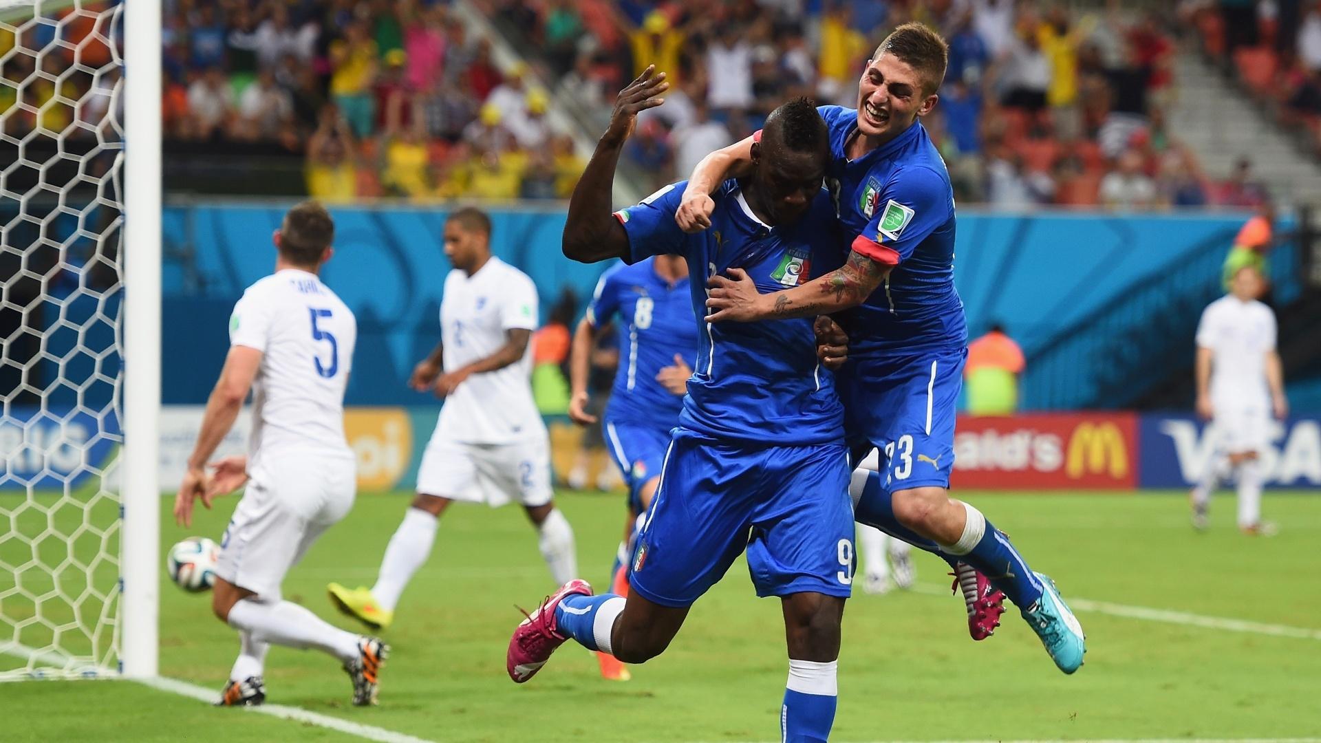 Mario Balotelli comemora com Marco Verratti após marcar o segundo da Itália contra a Inglaterra