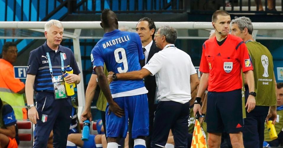Mario Balotelli conversa com a comissão técnica italiana ao ser substituído na vitória contra a Inglaterra