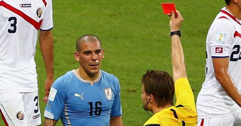 Max Pereira é expulso pela entrada desleal em jogador costarriquenho