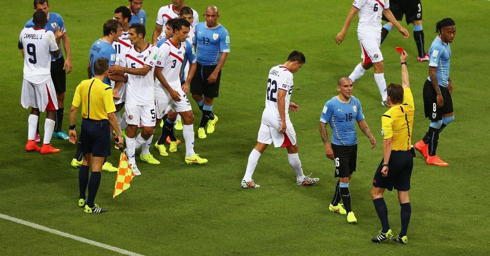 Maximilliano Pereira é expulso após dura entrada em Joel Campbell, no final da vitória da Costa Rica sobre o Uruguai por 3 a 1