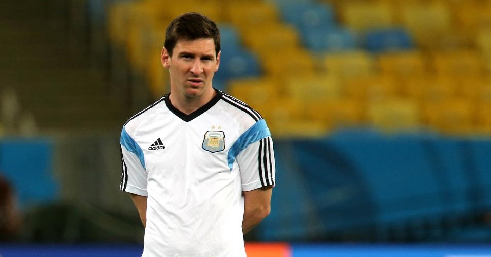 Messi caminha pelo gramado do Maracanã antes de treino da Argentina
