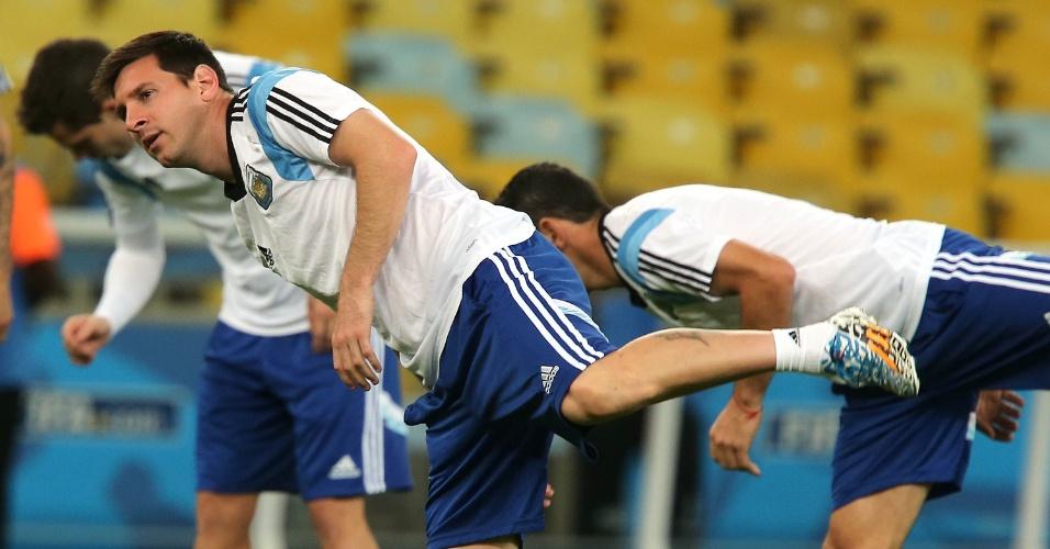 Messi faz alongamento no treino no Maracanã, antes do jogo contra a Bósnia