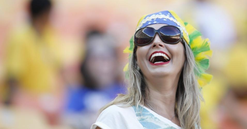 Mulher com bandeira do Brasil vai à Arena Amazônia para ver a partida entre Itália e Inglaterra