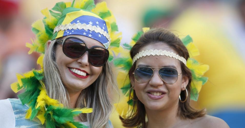 Mulheres com cores do Brasil marcam presença no estádio Arena Amazônia antes da partida entre Itália e Inglaterra