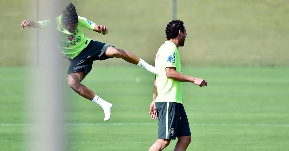 Neymar brinca e dá 'voadora' em Fred durante treinamento da seleção brasileira