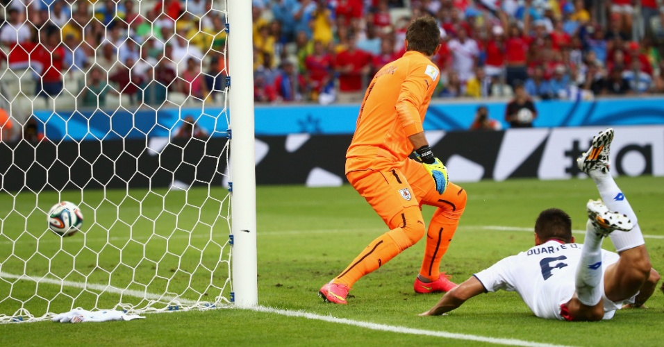 No chão, Oscar Duarte espera a bola entrar para colocar a Costa Rica na frente do Uruguai no placar