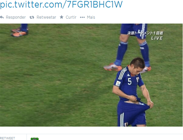 O que esse jogador japonês está tentando olhar?