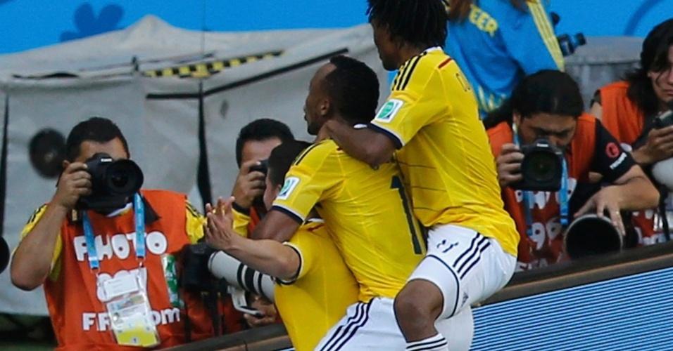 James Rodriguez, Camilo Zuniga e Juan Cuadrado, da Colômbia, na comemoração do gol contra a Grécia