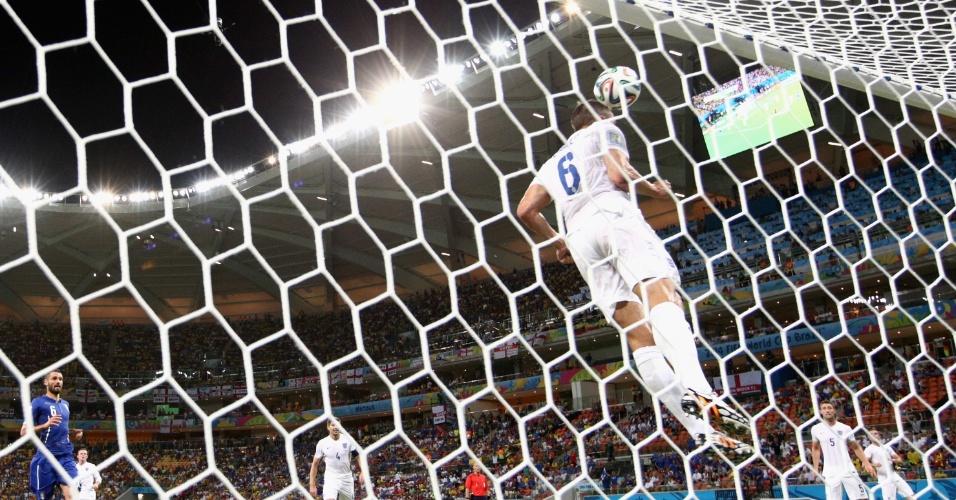 Phil Jagielka salva a bola quase em cima da linha após finalização de Balotelli na Arena Amazônia