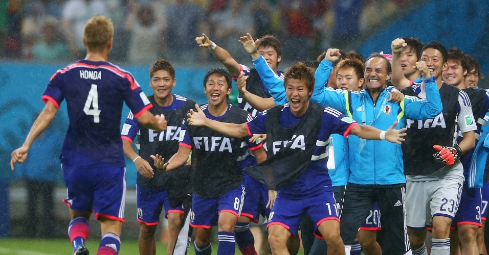 Reservas e comissão técnica do Japão recepcionam Honda após o jogador abrir o placar contra a Costa do Marfim