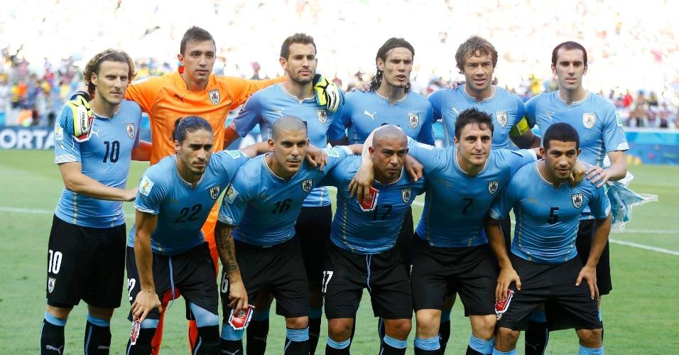Seleção do Uruguai posa para foto oficial antes da partida contra a Costa Rica
