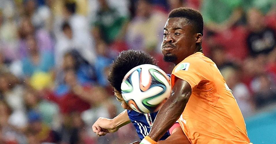 Serge Aurier, de Costa do Marfim, se esforça para tentar roubar a bola na partida contra o Japão, na Arena Pernambuco