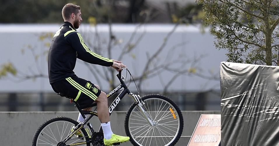 Sergio Ramos passeia de bicicleta pelo CT do Caju após treino da Espanha