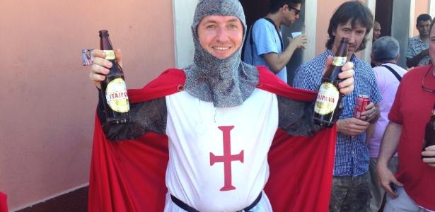 Stan Field, vestido de cavaleiro, não conseguia distinguir as marcas de cerveja sete horas antes do jogo