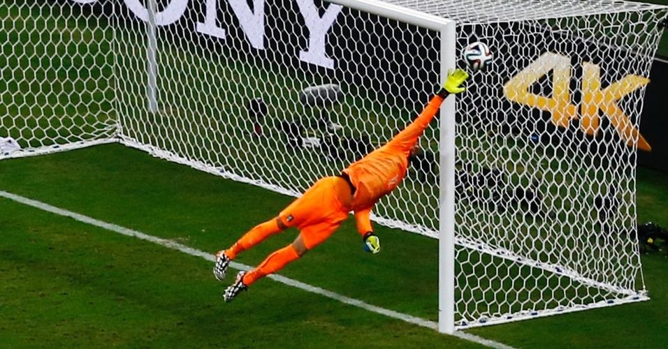 Sterling chuta e leva muito perigo ao gol da Inglaterra. A bola passou tão perto, que a transmissão da Fifa deu um gol para os ingleses