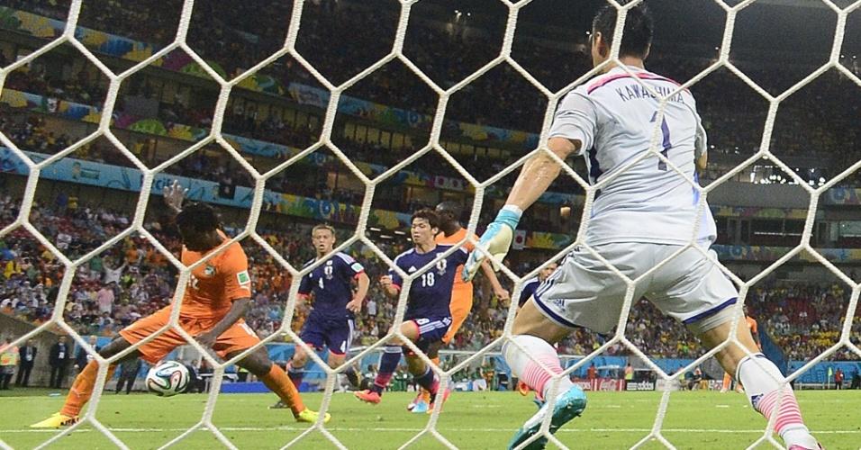 Substituto de Drogba, Wilfried Bony tenta dominar a bola na pequena área da seleção japonesa