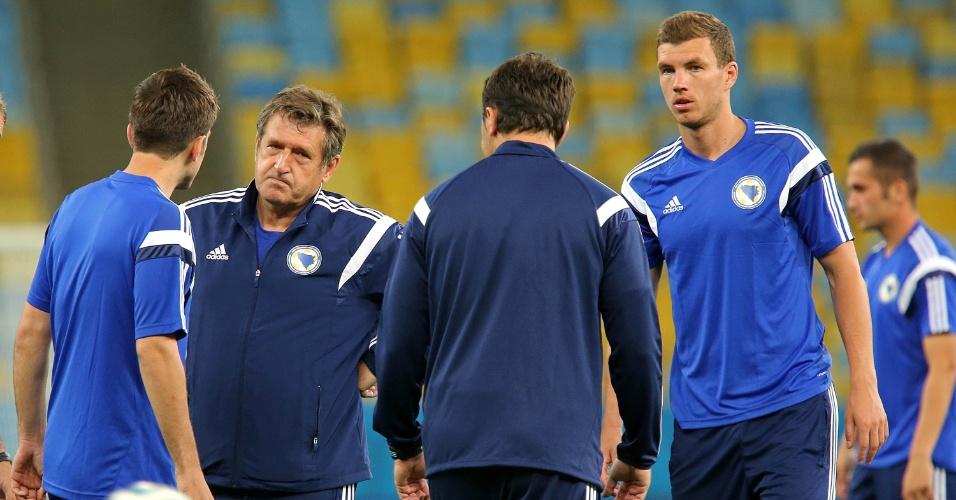 Susic faz cara de poucos amigos durante o treino, ao lado de Dzeko