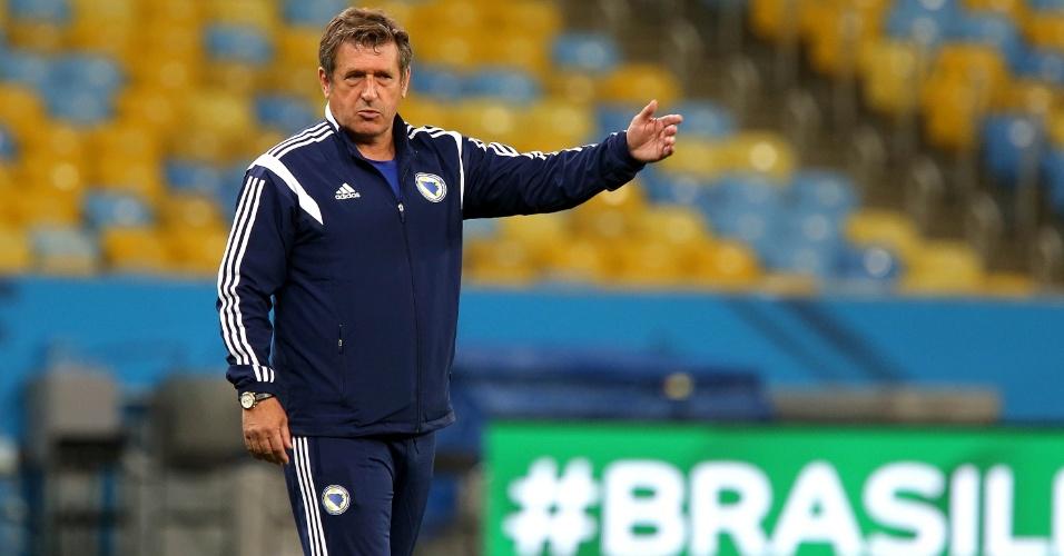 Técnico da Bósnia, Safet Susic orienta o time no Maracanã