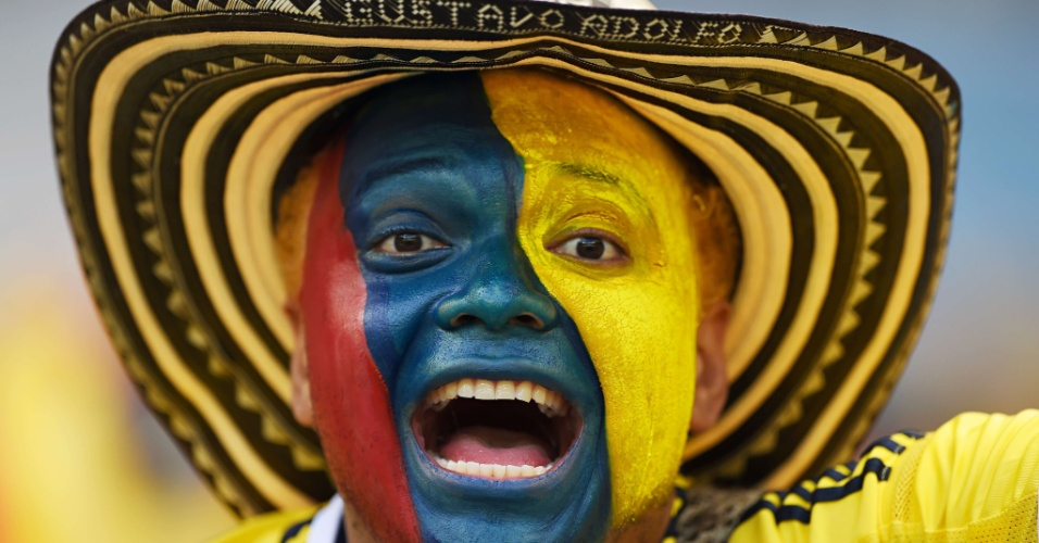Torcedor da Colômbia grita pela seleção de seu país na vitória de 3 a 0 sobre a Grécia no Mineirão