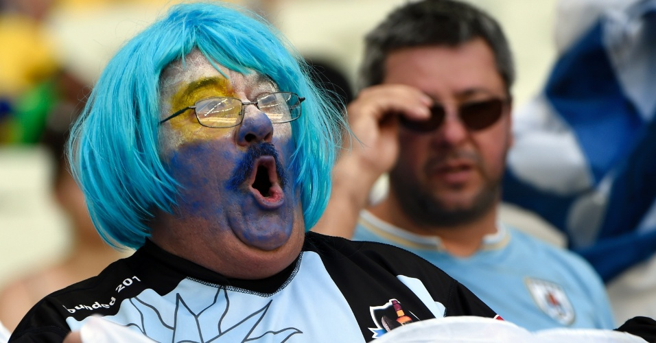 Torcedor fantasiado aguarda o início do jogo entre Uruguai e Costa Rica