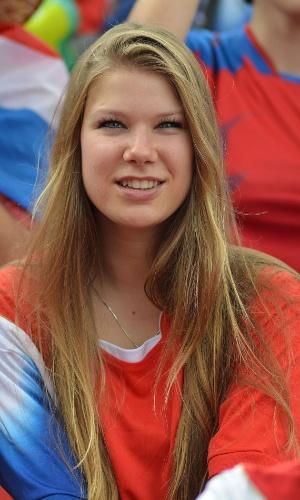Torcedora assiste atentamente a partida entre Uruguai e Costa Rica
