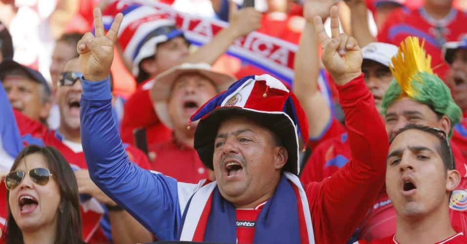 Torcedores da Costa Rica fazem a festa na vitória da seleção sobre o Uruguai no Castelão, por 3 a 1