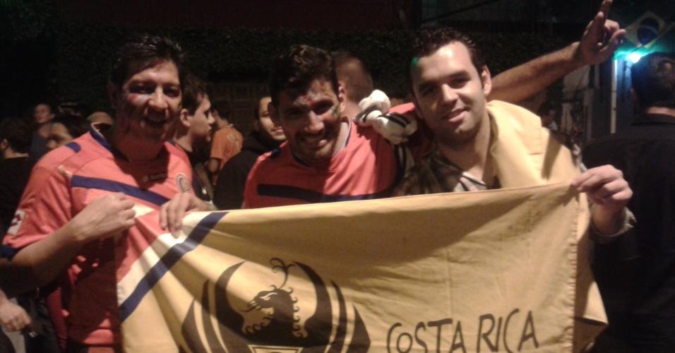 Torcedores da Costa Rica marcam presença na noite da Vila Madalena, confiantes em sua seleção