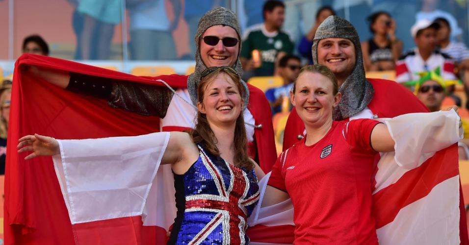 Torcedores da Inglaterra fazem pose para foto na Arena Amazônia