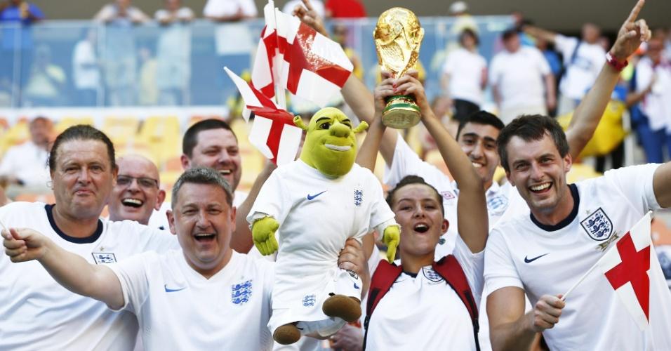 Torcedores da Inglaterra levam boneco do Shrek e taça da Copa para a Arena Amazônia
