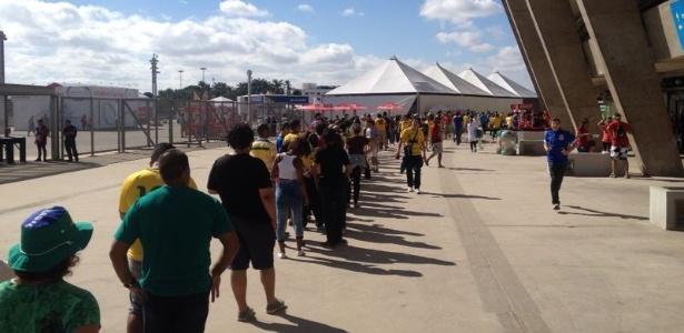 Torcedores enfrentam fila para comprar feijão tropeiro no Mineirão, durante jogo entre Colômbia e Grécia