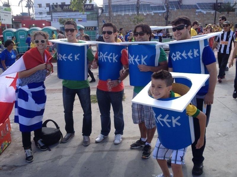 Torcedores gregos mostram irreverência e vão fantasiados à estreia contra a Colômbia