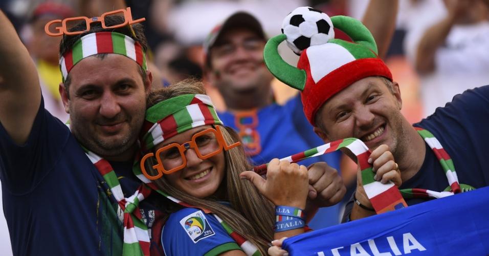 Torcedores italianos aguardam o início da partida contra a Inglaterra, na Arena Amazônia
