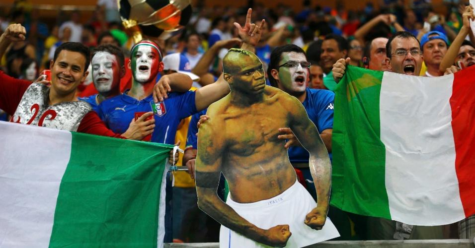 Torcedores italianos comemoram a vitória sobre a Inglaterra com foto gigante de Mario Balotelli