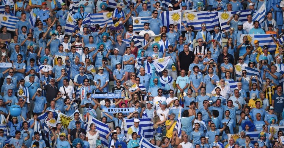 Torcida uruguaia faz festa no Castelão enquanto aguarda o início do jogo contra a Costa Rica