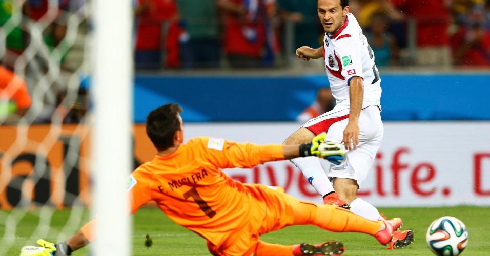 Ureña desloca o goleiro Musleira com um toque de primeira e sela a vitória da Costa Rica