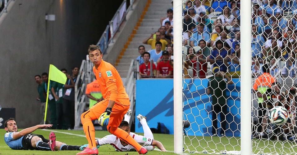 Uruguaios e o costarriquenho Duarte observam de perto o segundo gol costarriquenho