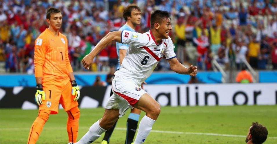 Uruguaios lamentam e Oscar Duarte comemora o gol da virada da Costa Rica contra o Uruguai