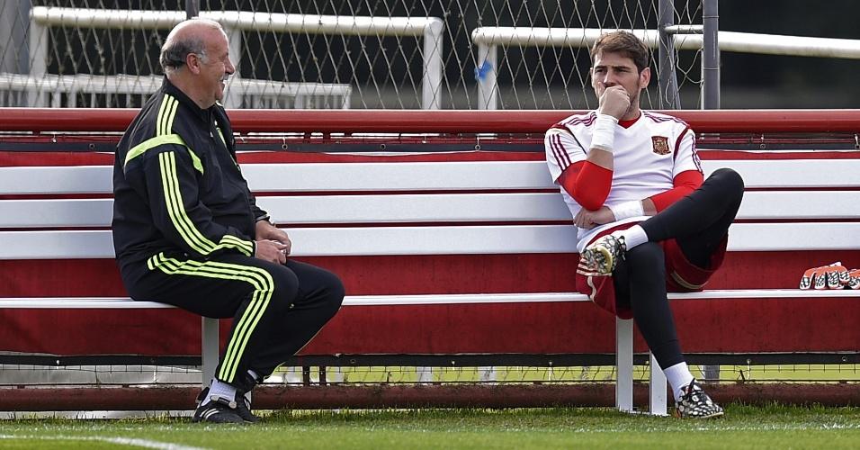Vicente Del Bosque conversa com o goleiro Iker Casillas durante treino da Espanha, em Curitiba