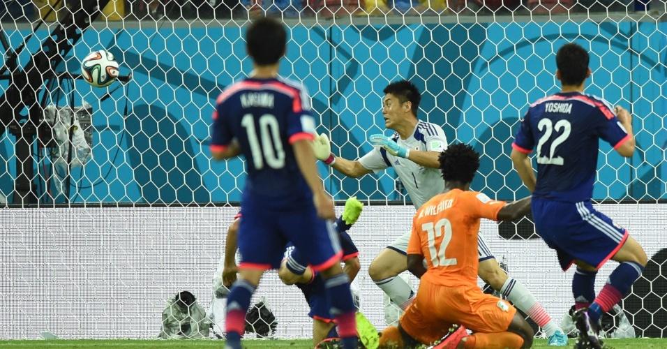 Bony cabeceia sem chances para o goleiro Eiji Kawashima e empata o jogo para a Costa do Marfim