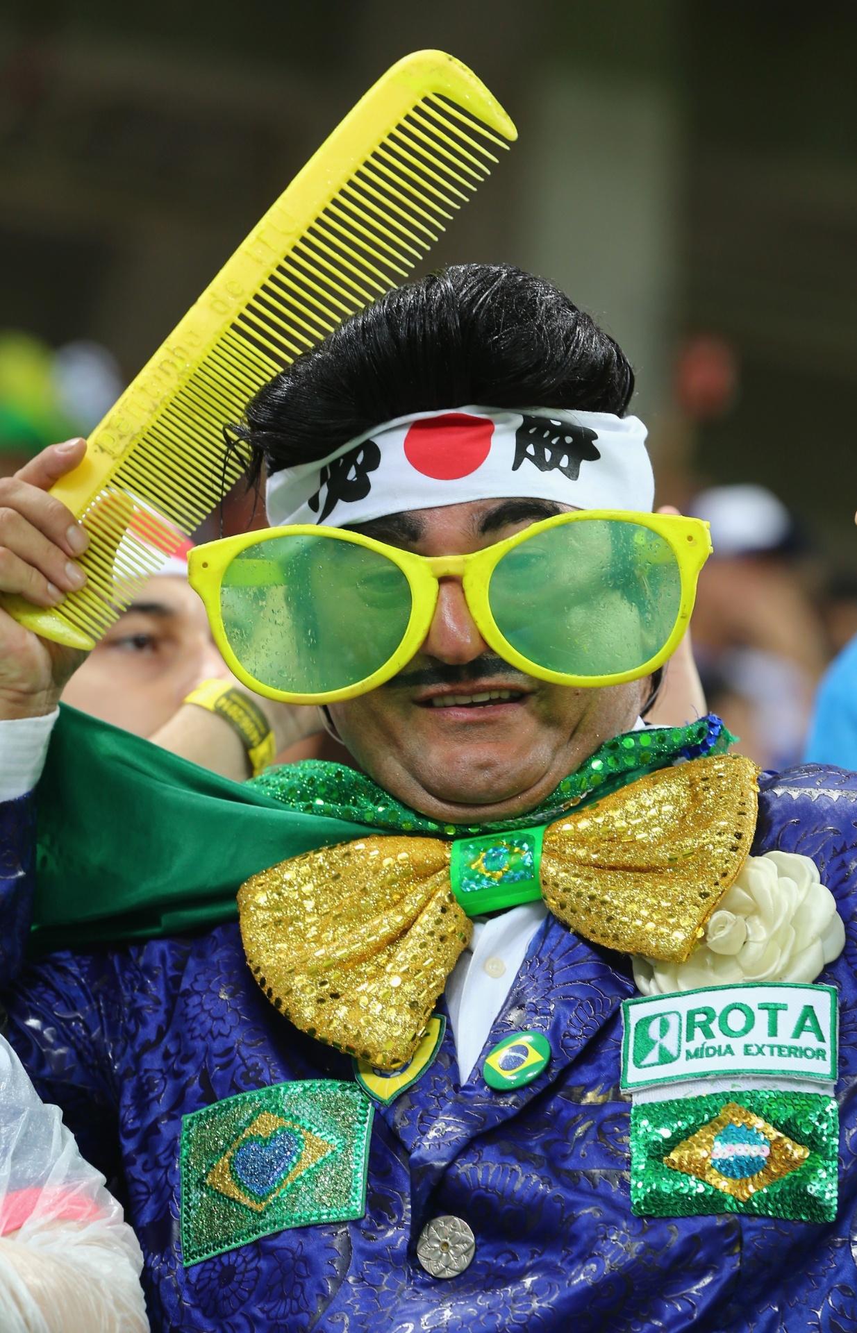 14.jun.2014 - Até o Zé Bonitinho se rendeu à torcida japonesa e exibiu toda a sua beleza na Arena Pernambuco na partida contra a Costa do Marfim. Será que ele também deu um tostão de sua voz?