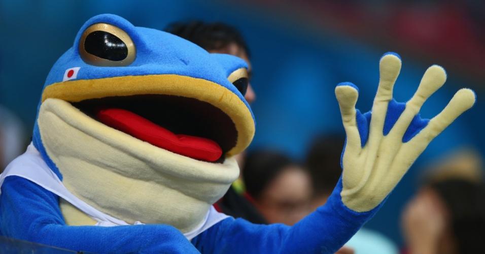 14.jun.2014 - Até um 'exótico' sapo azul apareceu na torcida japonesa para acompanhar a partida contra a Costa do Marfim