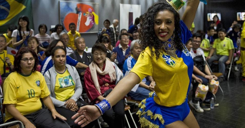 14.jun.2014 - Torcedora dança em um evento da comunidade japonesa em São Paulo
