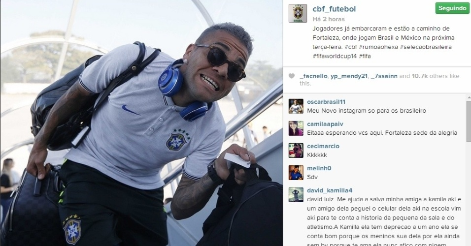 15. jun. 2014 - Daniel Alves faz graça no embarque da seleção brasileira para Fortaleza